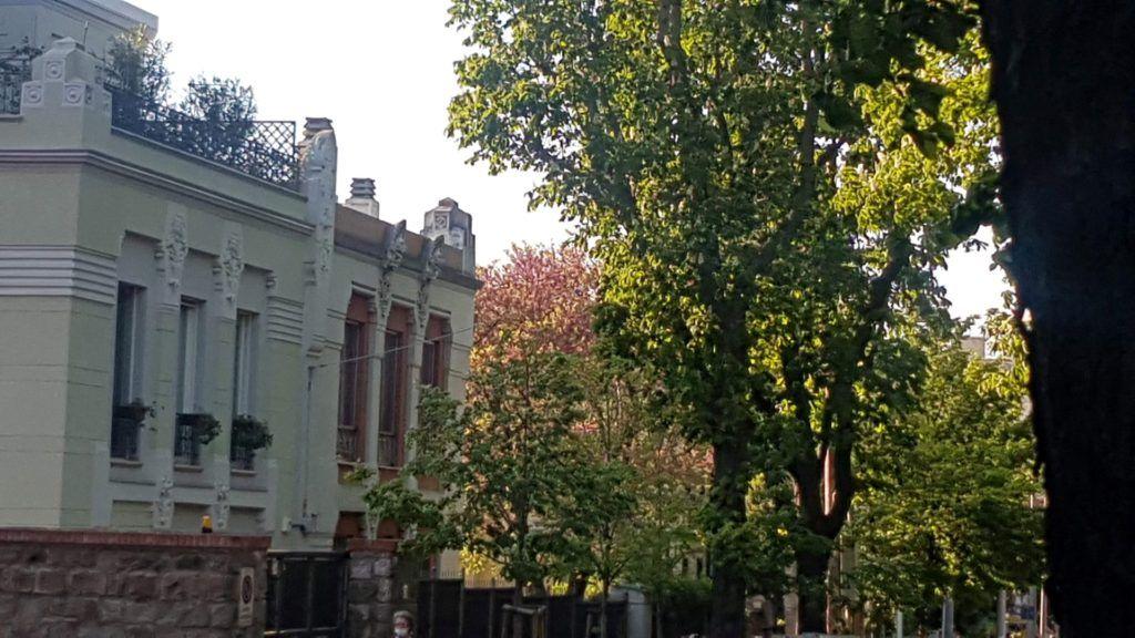 Le finestr delle case che si affacciano sulla via Rossetti, da cui si odono discorsi e risate di bambini