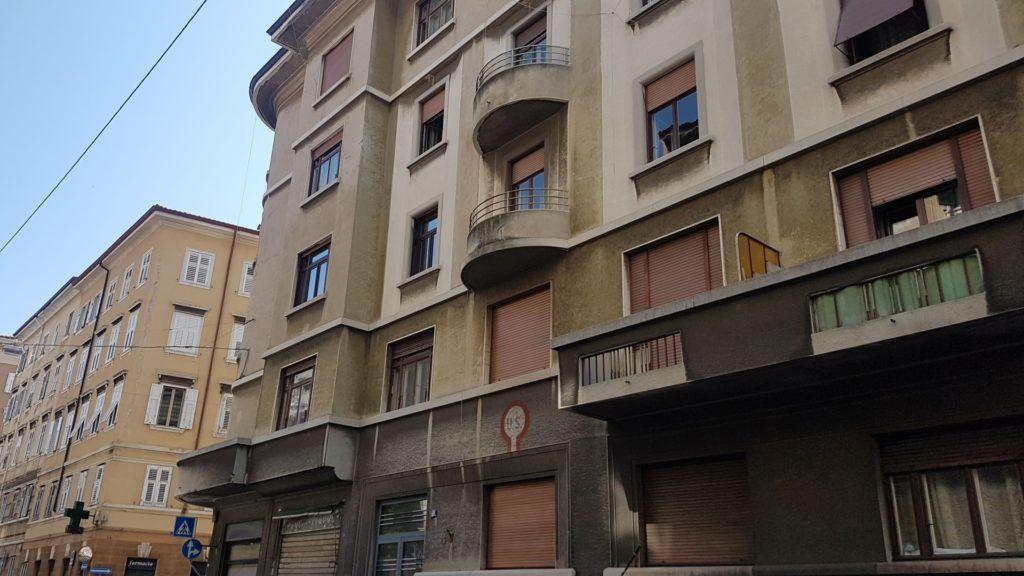 Un immagine che mostra il simbolo U.S ancora visibile sulla facciata del palazzo che fu casa di Stanko e Dani