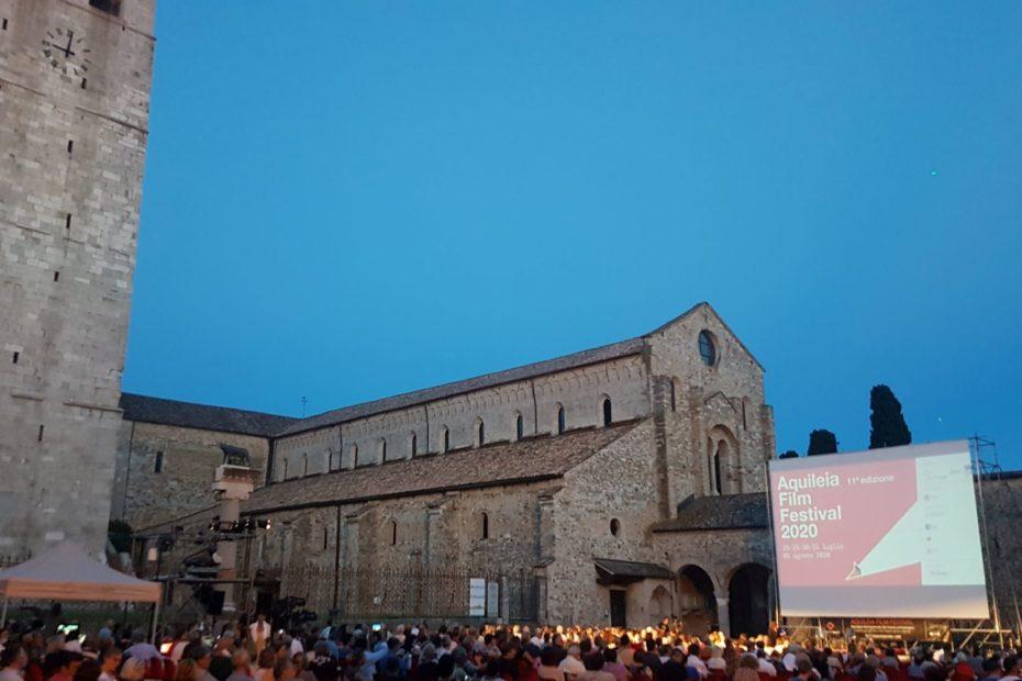 Il pubblico in piazza capitolo mentre attende l'inizio dell' undicesima edizione dell'Aquileia Film Festival