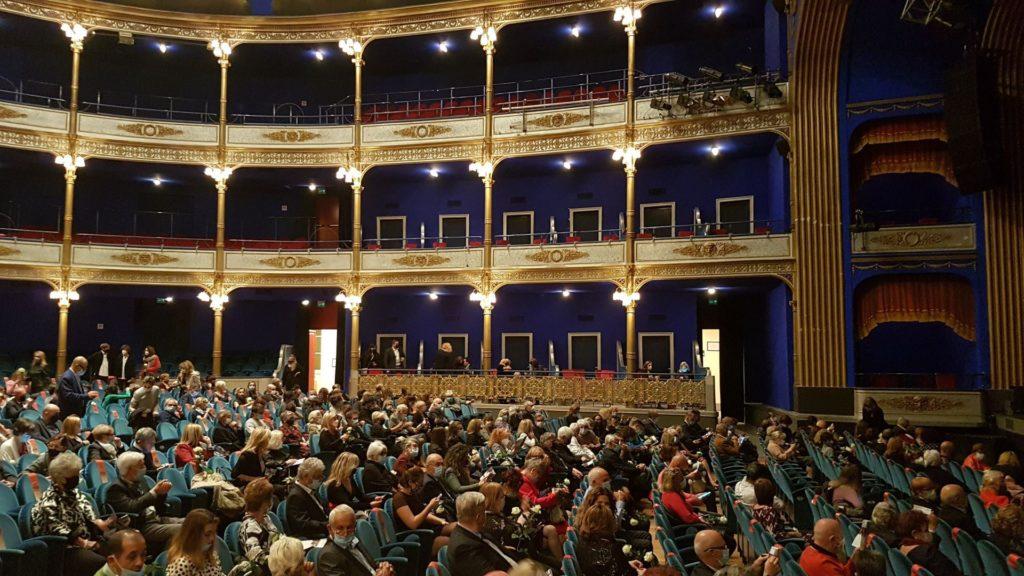 La platea del teatro Rossetti attende ordinatamente seduta l'inizio della rappresentazione