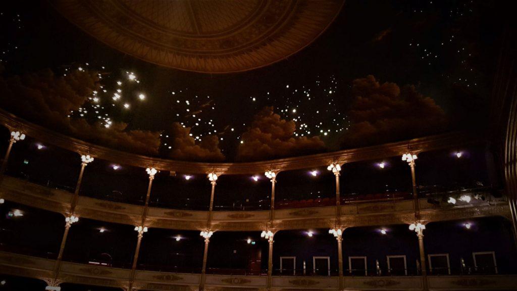 Le stelle che trapuntano il teatro Rossetti di Trieste