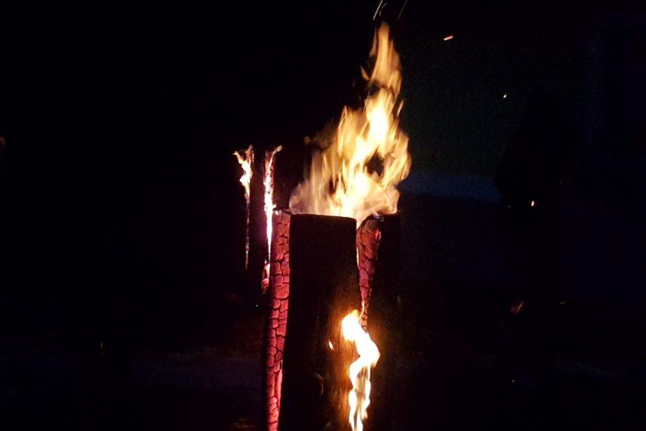 il fuoco che illumina il passaggio dei Krampus