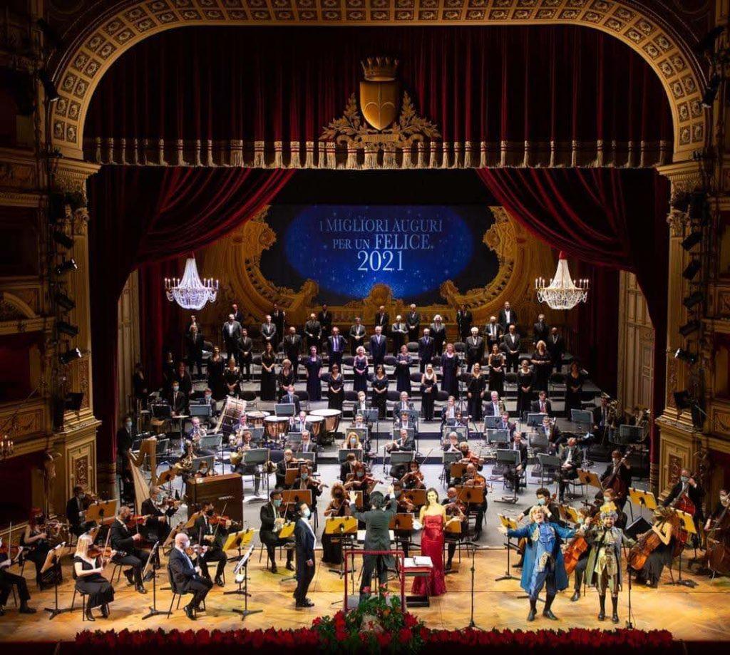 Orchestra, coro, solisti e presentatori sul palco del teatro Verdi di Trieste