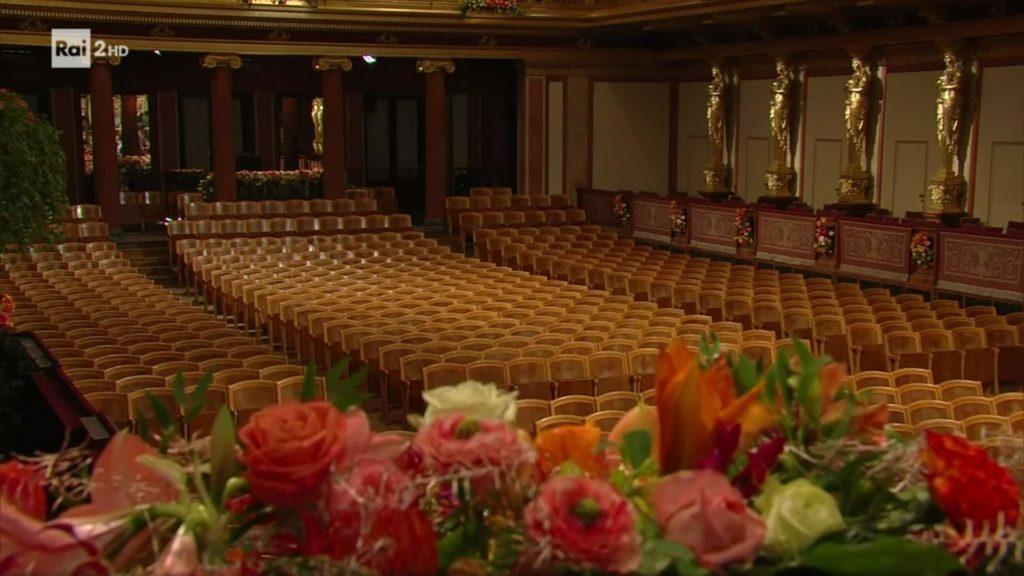 La sala dei concerti di Vienna adornata di splendidi fiori, non riesce a colmare il vuoto della mancanza di pubblico