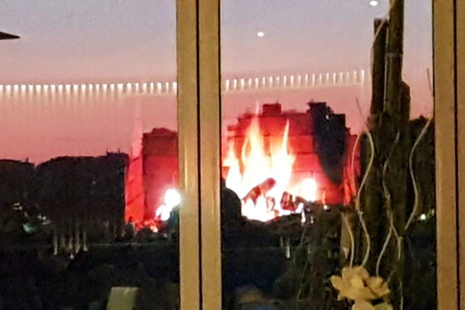 Un braciere arde come in un sogno sulla spiaggia di Lignano in questo Natale Virtuale