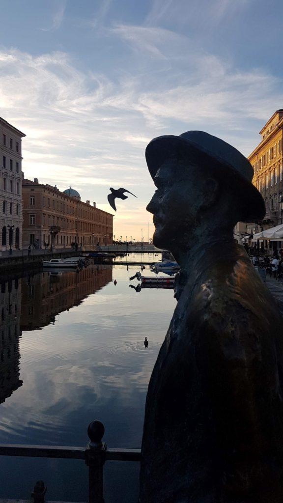 Anche Joyce passeggia sul canal grande a Trieste