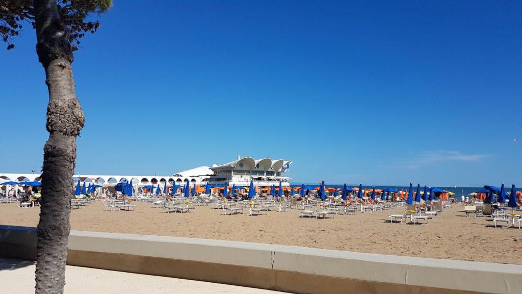 La terrazza mare vista dalla ciclabile di Lignano min