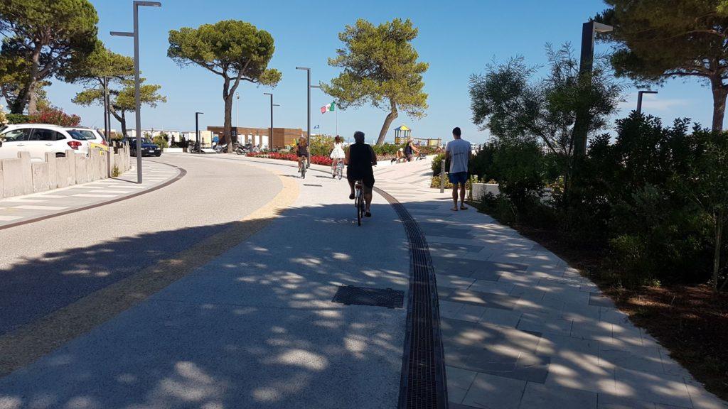 Via sulla pista ciclabile di Lignano Sabbiadoro min